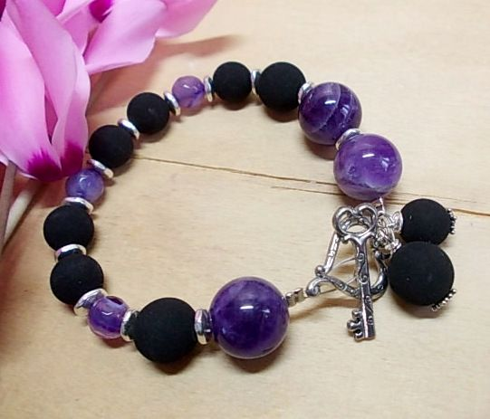 Amethyst, purple agate, black resin beads and heart-key clasp...<3