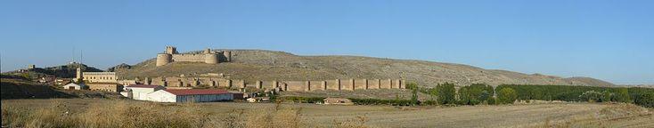Soria Berlanga de Duero Vista de la población desde el suroeste. De izquierda a derecha: ruinas del palacio de los duques de Frías, castillo, muralla y soto del río Escalote, que crea una garganta tras la fortaleza.
