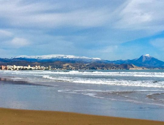 Media semana #Alifornia! Mirar el bonito contraste del Mediterráneo y las montañas nevadas. 🌊🏔😍 #Alicante #CostaBlanca (en Alicante-Playa de San Juan)