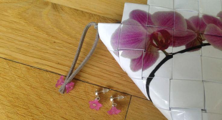 Taske clutch håndtaske tilsalg sælges øreringe tilbehør blomster håndlavet flet flettet candywrapper papir genbrug foto orkide blomster perler unika egetdesign tilbehør ørestikkere hvid cerise pink grå motivflet lynlås    http://recyklisten.blogspot.dk/2014/02/frdig-orkide-taske-med-tilbehr.html