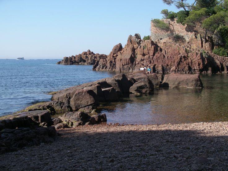 Sentier pédestre du littoral. Le littoral de l'agglomération de Saint Raphaël s'étend sur 36 Kilomètres, offrant plus d'une trentaine de plages diverses : sable fin, galets, littoral ombragé, calanques, criques et grottes. http://www.rosaland.com/1-decouverte-littoral