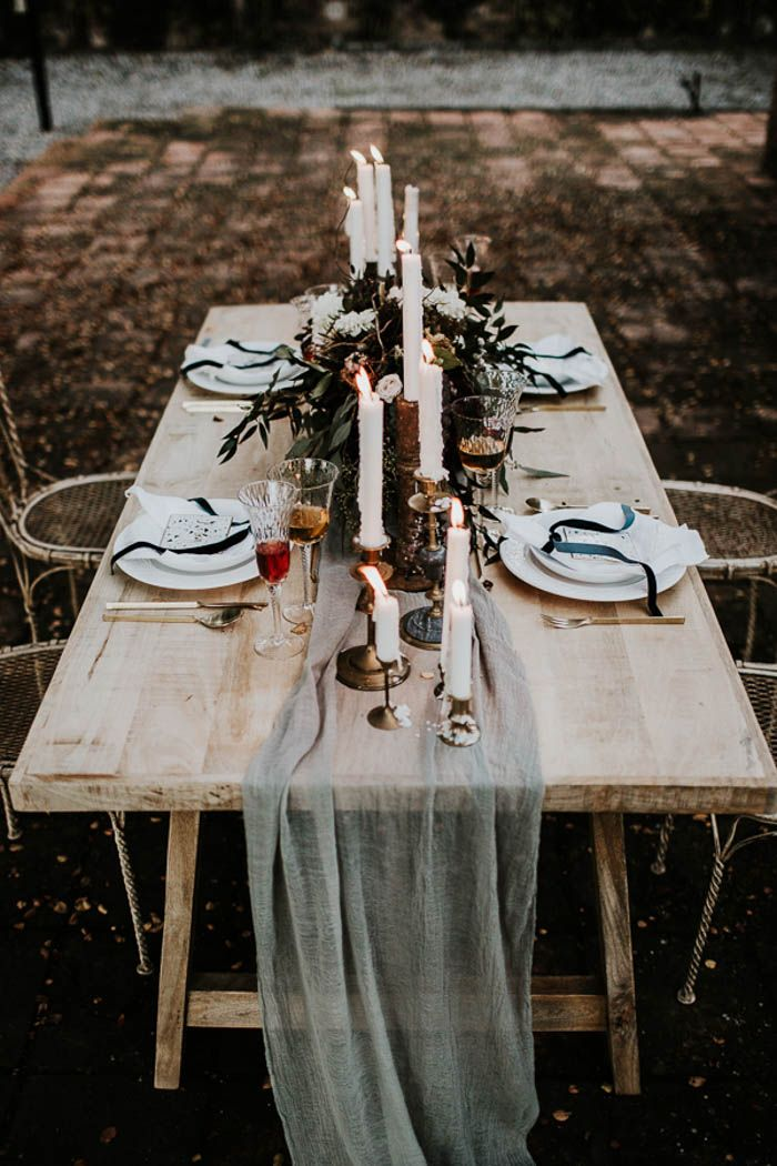 dark winter wedding table settings| Image by Yeray Cruz