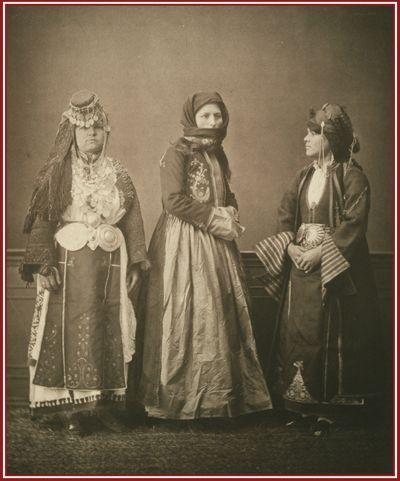 Χωρική από τα περίχωρα των Τρικάλων, Χριστιανή Πρεβεζάνα και Βλάχα (Αρωμάνα) από τα Γιάννενα με παραδοσιακές φορεσιές. Φωτογραφία του Pascal Sebah του 1873.