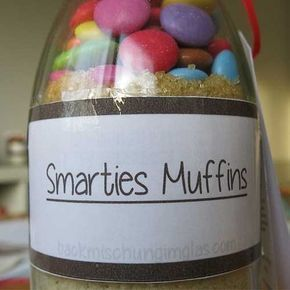 Smarties und Muffins - dieses beides kombiniert das folgende Rezept. Wer steht nicht auf die bunten Schokolinsen, die besonders im Glas sehr schön zur Geltung kommen. In diesem Fall habe ich ein 500 ml Einmachglas von Ikea verwendet. Du findest es unter folgendem Link. Viel Spass beim Zusammenstellen der