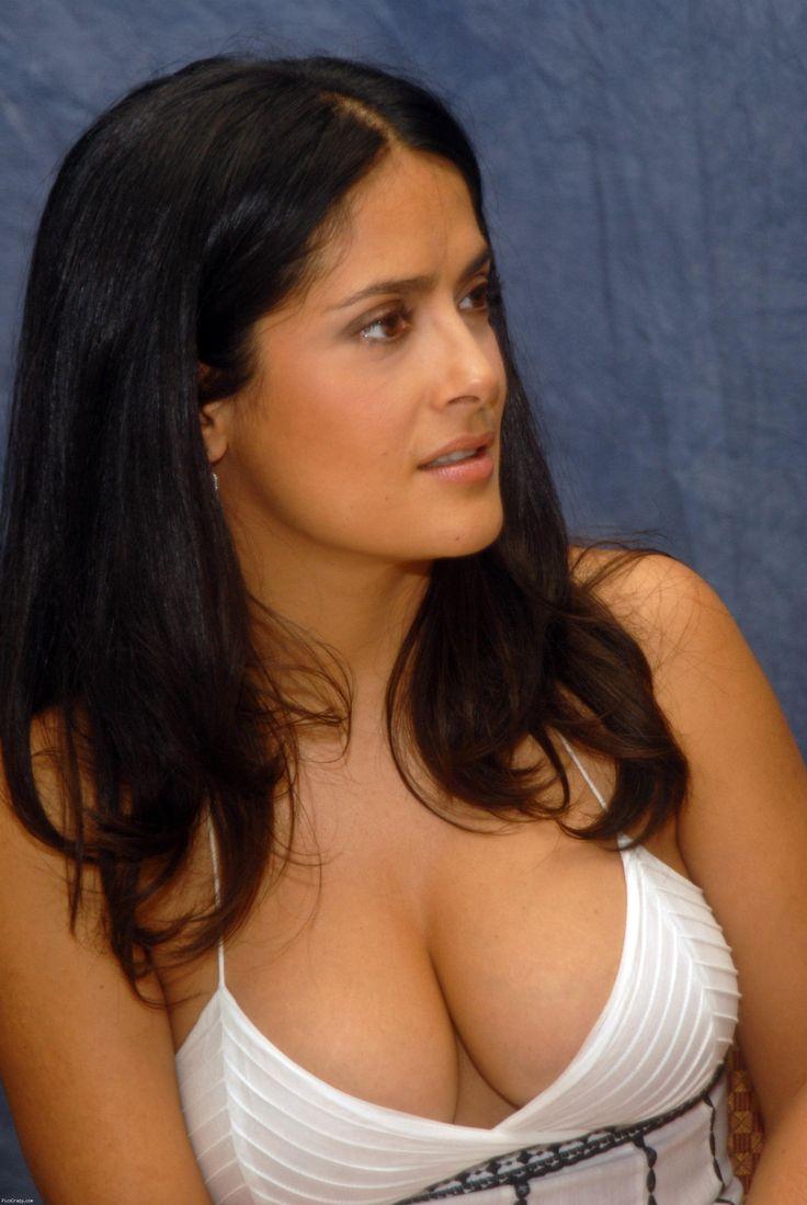 Salma Hayek dans une mini robe d'été ! tres a l'aise salma semble savoir que ses gros seins sont tres lourd pour cette robe et elle semble très comfortable même avec seulement une micro ficelle supportant son buste ...woahh.. gegehehe