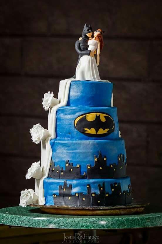 Nos encanto poder hacer este pastel de boda con la temática de Batman, la combinación de ciudad gótica con el vestido de novia lo hace increible y hermoso.