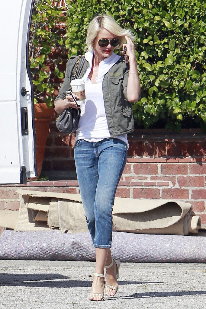 Cameron Diaz Strappy Sandals - Cameron Diaz topped off her look with beige strappy sandals.