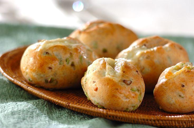 焼きたてのチーズがトロ~リ溶けている間に召し上がれ!枝豆の食感もいい感じ。枝豆チーズパン/増田 知子のレシピ。[ブレッド/ピザ・おかずパン]2009.07.06公開のレシピです。