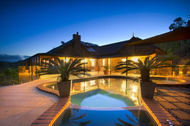 The Ultimate Family Entertainer, a Gold Coast Central LARGE SPACIOUS MANSION QUALITY | Stayz
