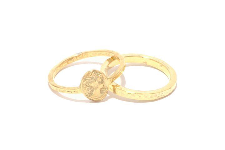 """For """"Do you want to marry me?"""" and """" Yes i do!"""" Yellowgold, gold cameo / Voor """"wil je met me trouwen?"""" en """"Ja ik wil!"""". Geelgoud, gouden camee, hamerslag."""