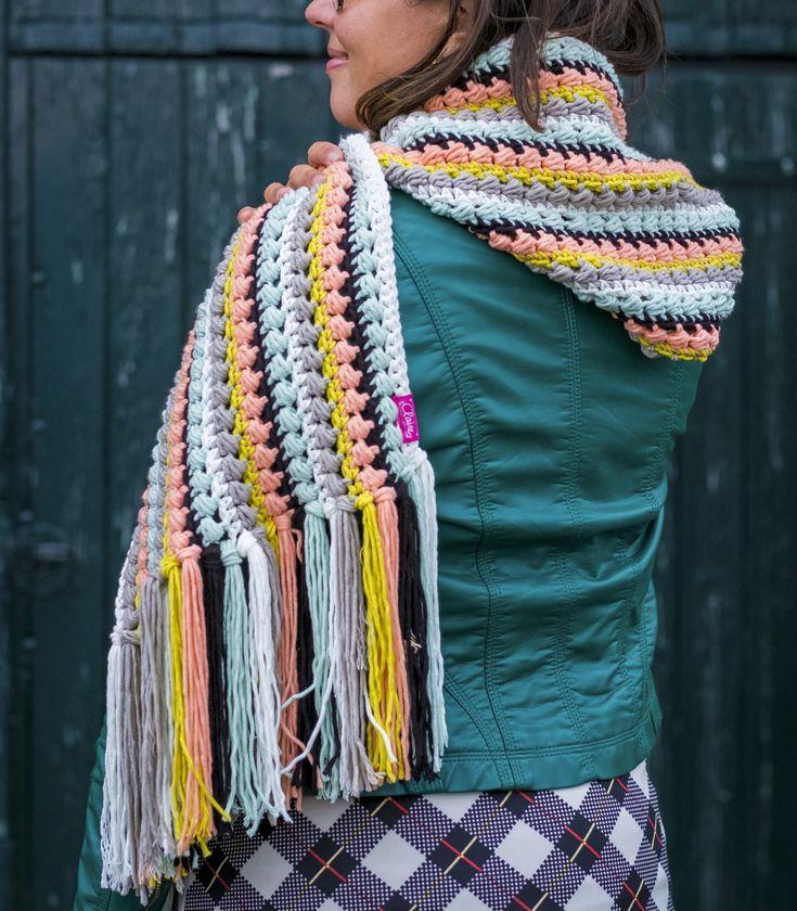 Het patroon voor de Skoody is afkomstig uit het boek 'Haakgeluk 2' en wordt gemaakt met byClaire nr 2 Soft Mix. De sjaal wordt gehaakt in de prachtige parelsteek. Het is een sjaal mét een capuchon en zo wordt het een skoody! De Skoody houd je tijdens een wandeling heerlijk warm. Stoer ook als capuchon …