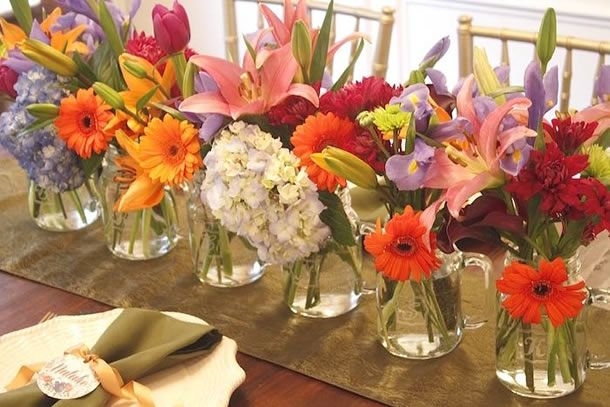 arranjos florais coloridos para recepções em casa no verão.