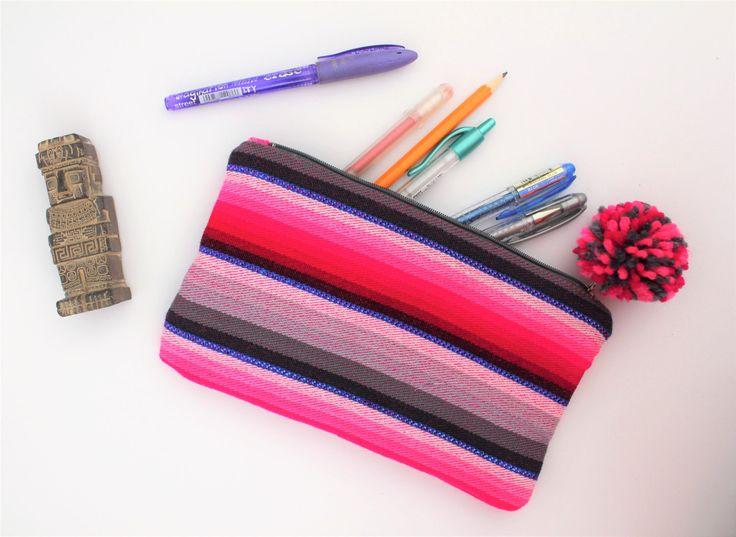Trousse pompon, trousse rayures rose, tissu tissé, style boho, trousse hippie, accessoire couleur, trousse maquillage, création originale de la boutique Underthecocotiers sur Etsy