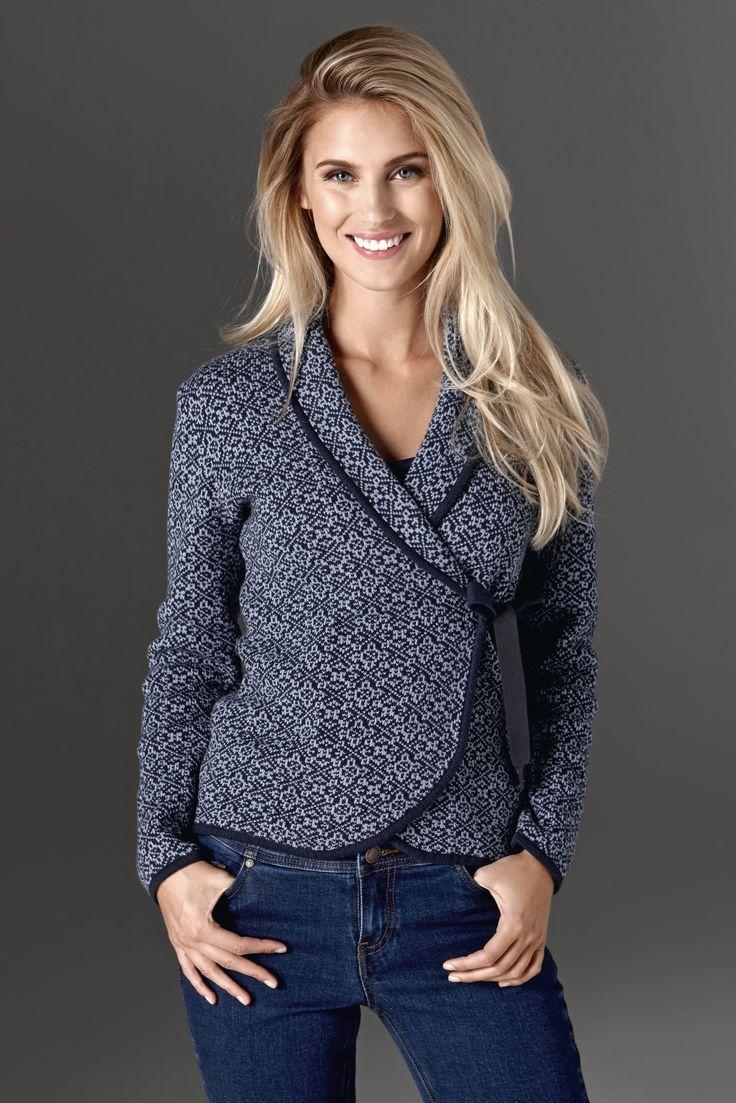 BEDFORD AVENUE Uroczy sweter z szalowym kołnierzem i efektownym wiązaniem, 179 zł + wąskie dżinsy z miękkiej tkaniny ze stretchem, 189 zł.