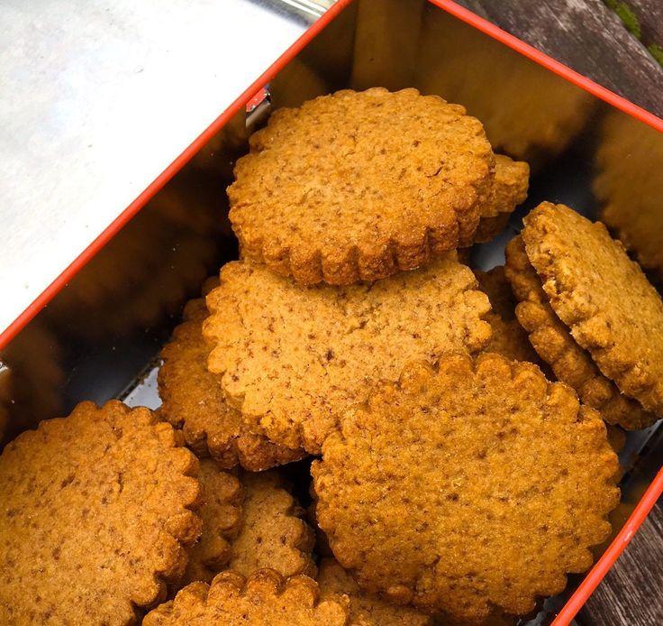 Dans la collection «les basiques au Thermomix» Selon Larousse, Spéculoos ou speculoos, avec ou sans accent: petit biscuit belge, sec et sucré. Ils oublient de dire parfumé, épicé, croquant et dél…