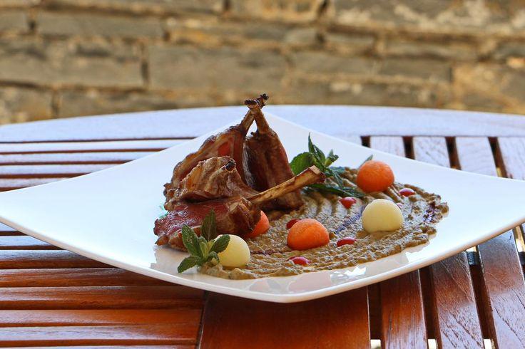 La recette du chef crétois Antonis Pétrellis.Côtes d'agneau et caviar d'aubergines fumées