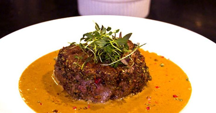 Konjaksflamberad coeur de filet med pepparsås och hasselbackspotatis.