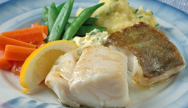 Skrei med hjemmelaget mandelpotetmos. Tartarsausen ved siden av setter en spiss på smaken. #fisk #oppskrift
