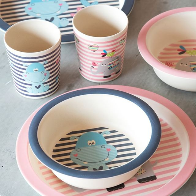 Children's tableware in pink and blue tones. Two designs. Prices from DKK 9,94 / SEK 13,66 / NOK 11,98 / EUR 1,38 / ISK 284  #grenechildren #sostrenegrene #søstrenegrene – sostrenegrene.com