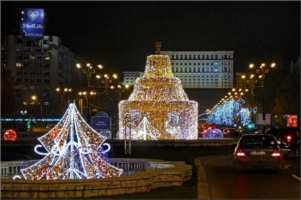 Primarul general Sorin Oprescu a aprins sâmbata, la orele 18,luminitele dedicatesarbatorilor de iarna. În 2014, aproape trei milioane de beculete de tip LED împodobesc Capitala, pe un traseu de 24 de kilometri.