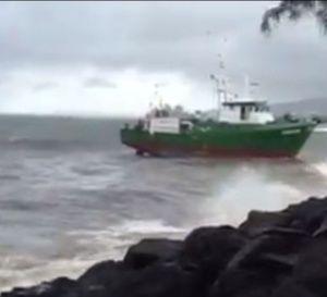 Le+thonier+Tahiti+Nui+échoué+à+cause+d'une+panne+moteur