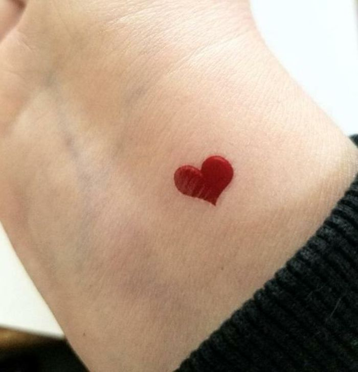 ▷ 1001 + ideas de diseños de tatuajes de corazones | Small heart wrist tattoo, Small tattoos, Tiny heart tattoos