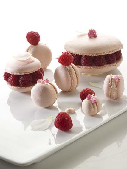 Macarons met gemarineerde frambozen http://www.njam.tv/recepten/macarons-met-gemarineerde-frambozen