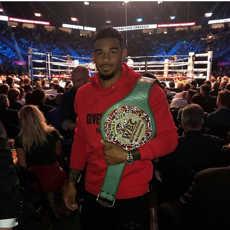 #NHL star #EvanderKane at the #mayweathervsmcgregor fight last night rocking #Givenchy pull over hoodie.