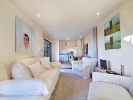 located in a building close to the white beach of Camps Bay, and, in the meantime, close to the main attractions of Cape Town.