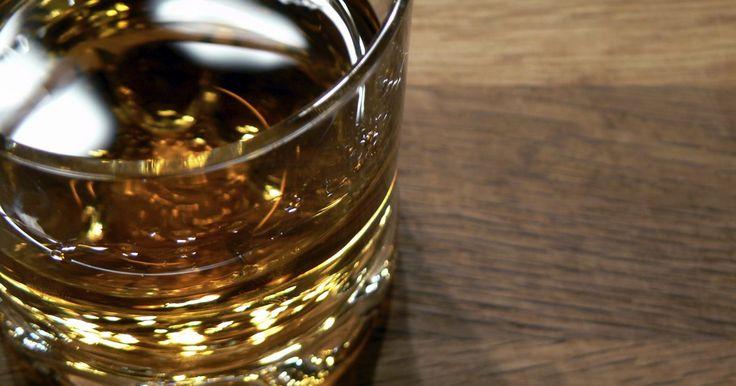 Tipos de vasos para Whisky. El disfrute de saborear un whisky no sólo proviene del sabor del licor de malta, sino del aroma. Existen diferentes tipos de vasos de whisky que permiten que ambos el gusto y olfato pueden disfrutar de los placeres de beber un whisky. Diferentes diseños también permiten que tomes tu whisky como te gusta, puro, con hielo o mezclado.
