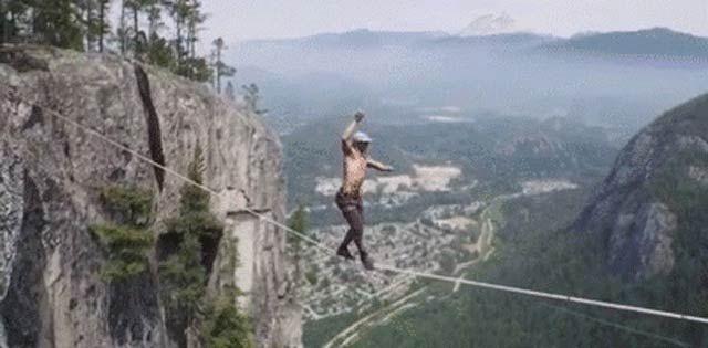 命綱なし! 地上290メートル、崖の間の綱渡りをドローンで空撮 : ギズモード・ジャパン