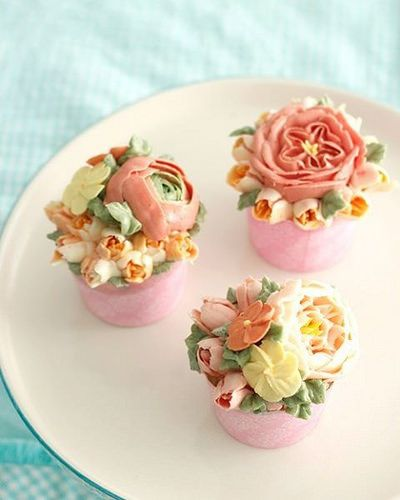 Buttercream flowers... combining regular piped flowers wit… | Flickr