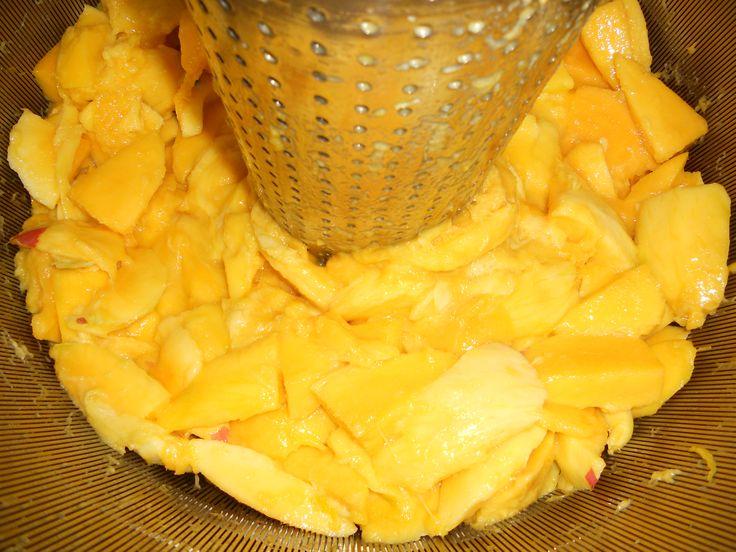 Condividiamo le immagini che ci manda il nostro Laboratorio Estrattivo: ecco i manghi freschi arrivati stamattina per realizzare il Succo di Mango che andrà nella prossima produzione di Crema Autoabbronzante Viso e Corpo...dovreste sentirne il profumo!!! > http://www.erbolario.com/prodotti/646_sole_e_aria_aperta_crema_autoabbronzante_viso_e_corpo