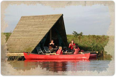 Stel je eens voor; per Canadese kano pedellen naar je eigen kampeervlot. Rustig dobberend, ver weg van alle drukte. Je geniet van de vogels om je heen en van het wiegende riet. De zon zag je nog nooit zo mooi onder gaan. Dat noemen wij een originele overnachting!