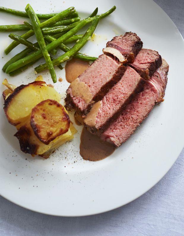 Invitér dine gæster på côte du boeuf og lav en cremet rødvinssauce til. Servér med grønne bønner sauteret i smør og hvidløg. Mere fransk og klassisk bliver det ikke!