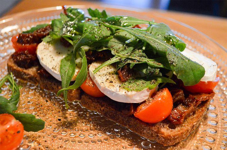 Täyttävä ja näyttävä italialaisilla herkuilla höystetty leipä, joka vie kielen mennessään. Viva La Italia!