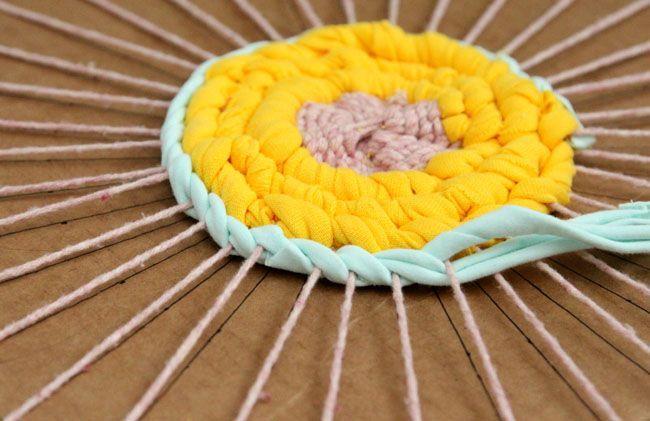 tutorial muy divertido y detallada sobre cómo hacer trapo alfombra de camisetas viejas, y la forma de tejer hermosas alfombras en telar de cartón o hula hoop telar!