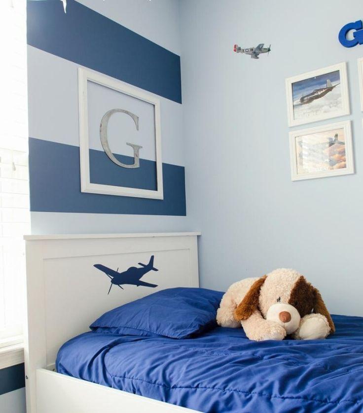 dekorierte Wände neben dem Bett - mit Streifen, Monogramm und Bilder