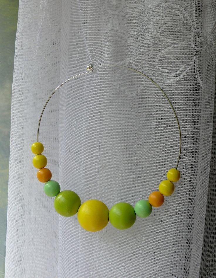 Náhrdelník+žluto-zelený+Náhrdelník+je+vyroben+z+dřevěných+korálků+ručně+malovaných+akrylovou+barvou.+Korálky+jsou+přelakované.+Velikost+největšího+korálku+je+3,5+cm.+Průměr+obruče+je+14+cm.+Náhrdelník+je+ke+krku,+ale+né+úplně+ke+krku.