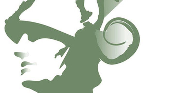 Cómo hacer un disfraz de Hermes. Hermes era el dios griego que desempeñaba el papel de mensajero de los dioses, llevando mensajes de un lado al otro. Hermes llevaba un casco con alas y sandalias aladas para ayudarlo a cumplir con su trabajo. Si quieres disfrazarte como Hermes para una fiesta de disfraces o para Halloween, puedes elaborar tu propio disfraz, empleando muselina, .