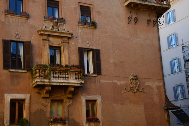 The narrow streets surrounding #CampodeiFiori, #Rome, conceal buildings of rare beauty.