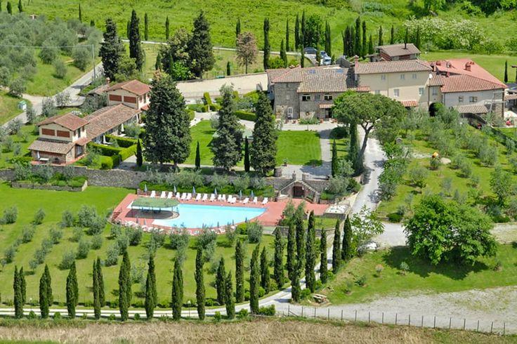 Description: Schitterend verbouwde boerderij voor het perfecte Toscane-gevoel  Het ultieme Toscane-gevoel Al ik door het antieke hek de residence binnenrijd voel ik het meteen. Hier vind ik Toscane zoals het hoort: de prachtig gerenoveerde oude boerderij en de stallen een grote tuin met banken vanwaar ik een prachtig uitzicht heb over de heuvels en wijngaarden een sfeer van rust en kwaliteit. Wat een schitterende plek!  Bloed zweet en tranen Zelden heb ik iemand gezien die zo trots is op wat…
