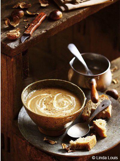Recette Soupe de châtaignes et de céleri-rave  : Portez une grande casserole d'eau à ébullition.Lavez le céleri-rave et détaillez-le en cubes.Epluchez l'oignon et émincez-le.Pelez les gousses d'ail et retirez les germes.Quand l'eau bout, ajoutez le céleri, l'oignon et l'ail. Couv...