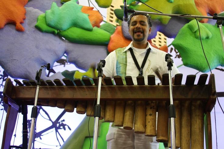 Candelario González y su piano de la selva.