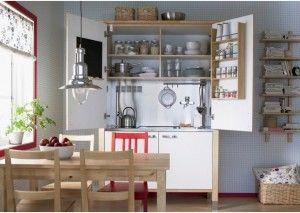 a scomparsa Värde Minicucina di Ikea costruita all'interno di un armadio di legno a due ante dal grazioso stile shabby chic.