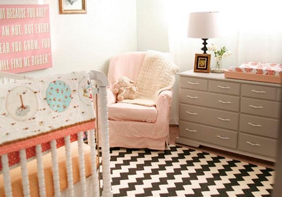 Une chambre pour enfant en rose