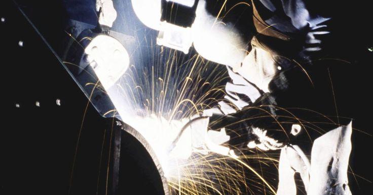 Os riscos do corte com uma tocha de plasma. Tochas de plasma são ferramentas de corte perigosas. Elas operam pela produção de plasma gerado com a injeção de gás por um arco elétrico. O jato de plasma é usado em cortes precisos de metal, e por suas temperaturas extremas, uso de gases tóxicos e risco de choques elétricos, a segurança é primordial no trabalho com essas máquinas. Leia sempre o ...