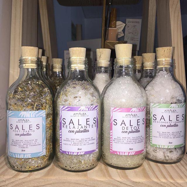 Ya llevaste tus sales de baño? En mitad de año consiéntete con un baño de pies, exfoliante o corporal en la bañera... lleva tu sal preferida:  Relajantes, detox, energétizantes, descongestionantes o reconfortantes.  Preparadas con plantas medicinales, aceites esenciales, sal marina colombiana y sulfato de magnesio.  #saldebaño #relax #detox #bathsalts #plantasmedicinales #aceitesesenciales #spaathome #cosmeticanatural #saludnatural #exfoliante