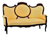 Lote 3943 - Sofá inglês em nogueira, do período Vitoriano, com entalhamentos estofado em tecido amarelo. Dim: 110x175x60 cm. Notas: estofado recentemente. Sinais de uso e vestígios de xilófagos. - Current price: €230