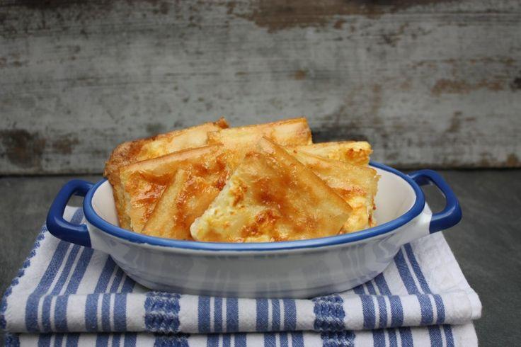 Μια παραδοσιακή συνταγή της Ηπείρου για μια απλή, πεντανόστιμη Αλευρόπιτα με φέτα. Μια συνταγή για να απολαύσετε μια νόστιμη, μαλακή, λεπτή και ζεστή αλευρόπιτα αντί για ψωμί, πασπαλισμένη με τυρί φέτα και λίγο ελαιόλαδο. Απολαύστε